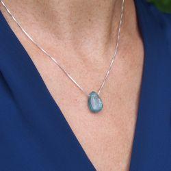 Collier en argent pierre cyanite - femme chemise bleue