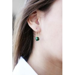 Boucles d'oreilles plaqué or Œil de chat vert - porté