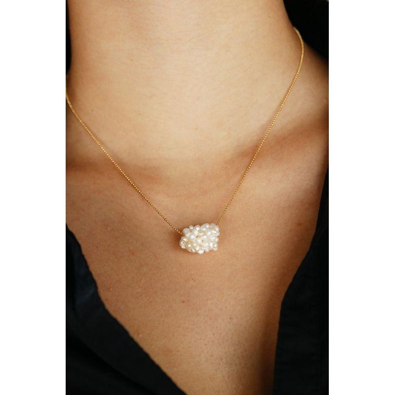 Collier de petites perles blanches en boule porté
