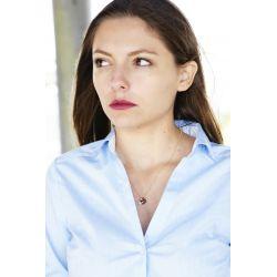 Collier plaqué or Swarovski bleu et perle femme avec chemise blanche