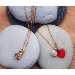 Collier plaqué or Swarovski rouge et perle chic en détail sur pierre