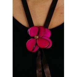 Sautoir Ivoire végétal fleur fuschia - porté