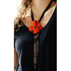 Sautoir Ivoire végétal fleur orange - porté