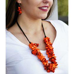 Collier et boucles d'oreilles éclat d'Ivoire végétal orange - porté