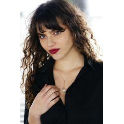 pendentif en verre de Murano femme chic avec chemise noire