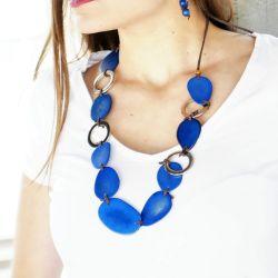 Parure Sautoir et boucles d'oreille Ivoire végétal bleu - porté