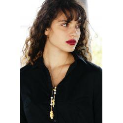 Collier sautoir plaqué or cravate feuilles - femme avec chemise noire tendance