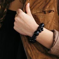 Bracelet noir graines asahi et bonbonne femme - porté