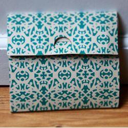 packaging bijoux - enveloppe en carton pour collier plaqué or perles, feuilles et attrape-rêve