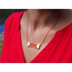 Collier ethnique plaqué or Caïman de rivière porté avec haut rouge