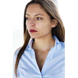 Collier plaqué or attrape-rêve femme avec chemise blanche