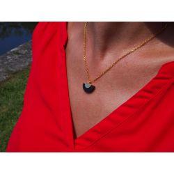 Collier ethnique en bois demi-lune avec haut rouge de profil