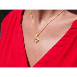 Collier ethnique plaqué or Ojito de Santa Lucia avec haut rouge de profil