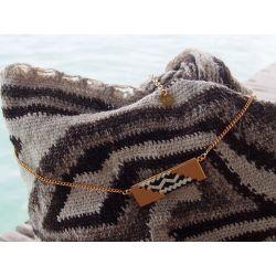 Collier ethnique plaqué or Caña flecha noir et blanc décor sac mochila