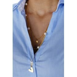 Collier triple chaîne doré perles et pendentifs porté