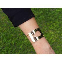 Bracelet ethnique plaqué or poisson Fihisca avec vêtement noir