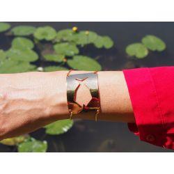 Bracelet ethnique plaqué or poisson Fihisca avec vêtement rouge