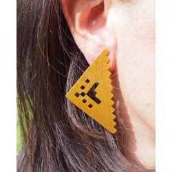 Boucles d'oreilles brillantes ethniques plaqué or Peine pintao portées