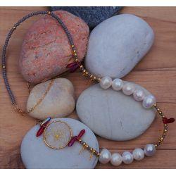 Détail collier plaqué or perles, feuilles et attrape-rêve