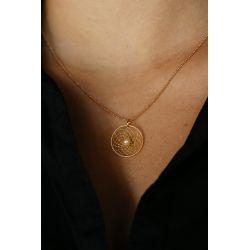 Collier fin et élégant plaqué or toile d'araignée perle porté