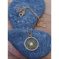 Détail collier fin plaqué or toile d'araignée perle