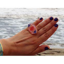 Bague réglable plaqué or émaillée à la main Flor Amazona portée