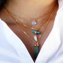 Collier triple plaqué or pierres naturelles porté