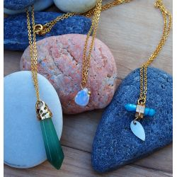 Détail élégant collier triple plaqué or pierres naturelles